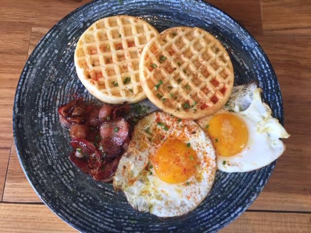 Waffle de pão de queijo, ovos fritos, bacon caramelizado e páprica picante - A Ventana Bar & Café